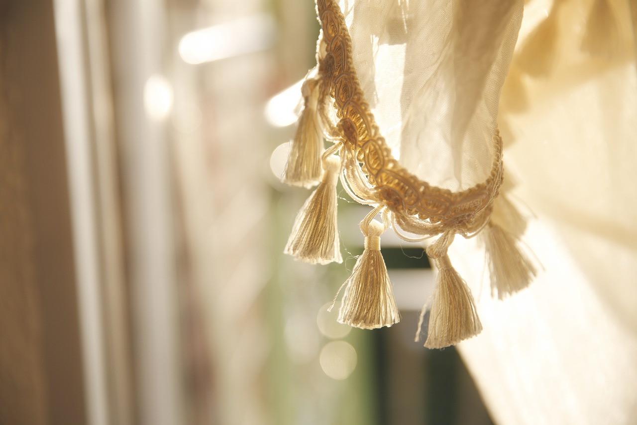 Codzienne aranżacje - jak upinać firany w salonie?