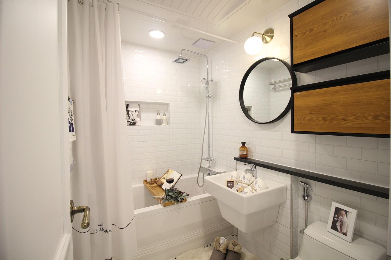 Praktyczne porady jak urządzić małą łazienkę