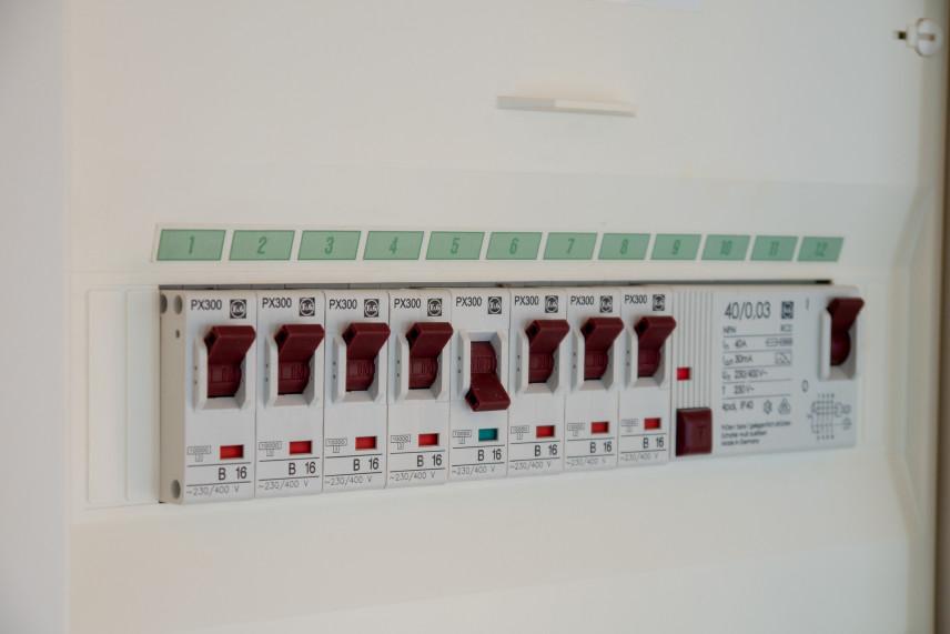 Jak ukryć skrzynkę elektryczną w mieszkaniu?