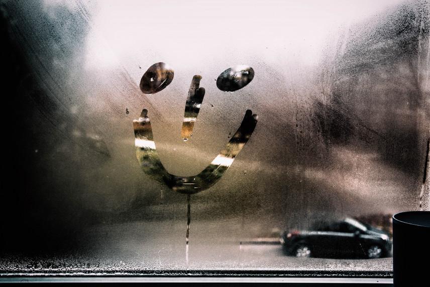 Dlaczego w mieszkaniu okna parują od wewnątrz i jak sobie z tym radzić?