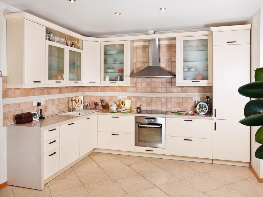 Urządzamy kuchnię - jak dobrać  odpowiednią tapetę i lampę?