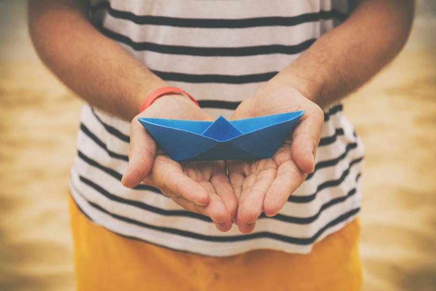 Jak zrobić, złożyć łódkę z papieru - krok po kroku instrukcja