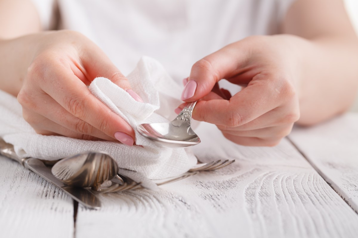 Jak i czym wyczyścić srebrne sztućce aby lśniły?
