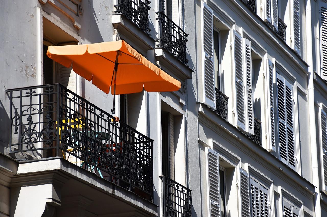 Jak osłonić balkon w bloku przed słońcem?