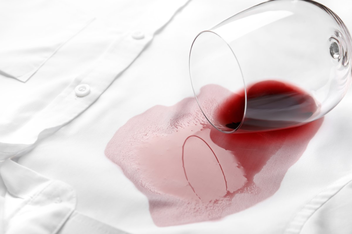 Jak sprać czerwone wino, z białej bluzki, kanapy?