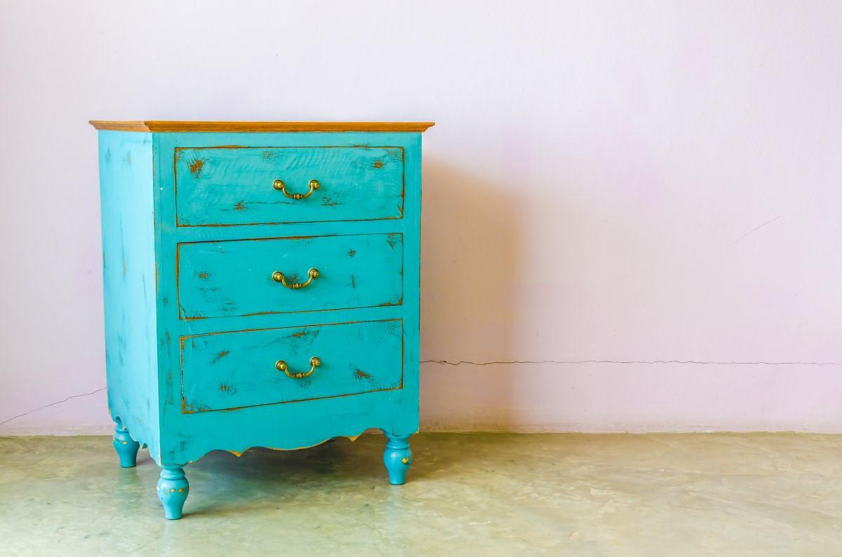 Jak odnowić starą szafę, z okleiny, na wysoki połysk w przedpokoju?