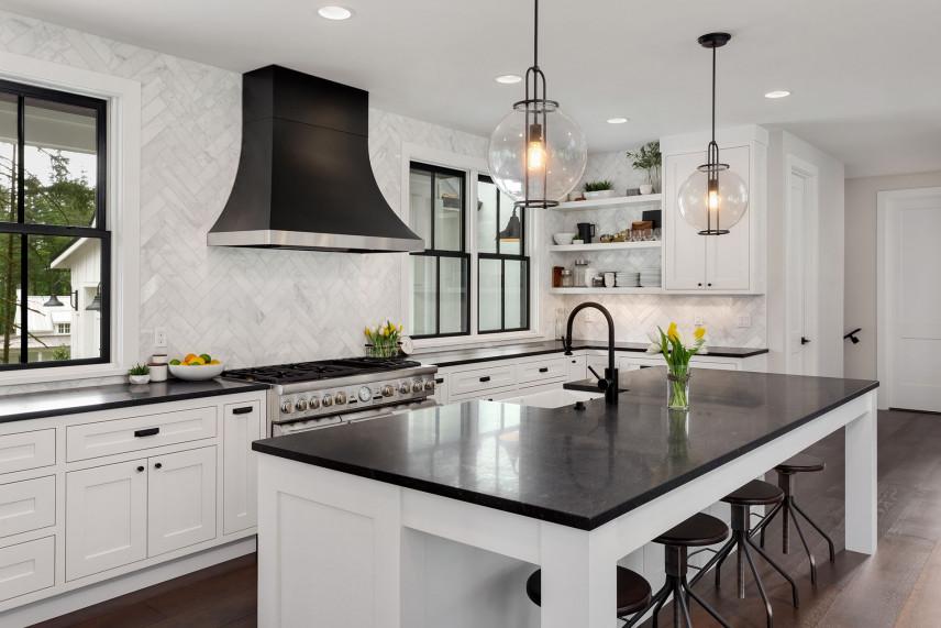 Biała kuchnia z czarnym blatem - nowoczesna aranżacja kuchni