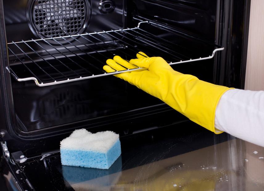 Jak wyczyścić piekarnik domowym sposobem?