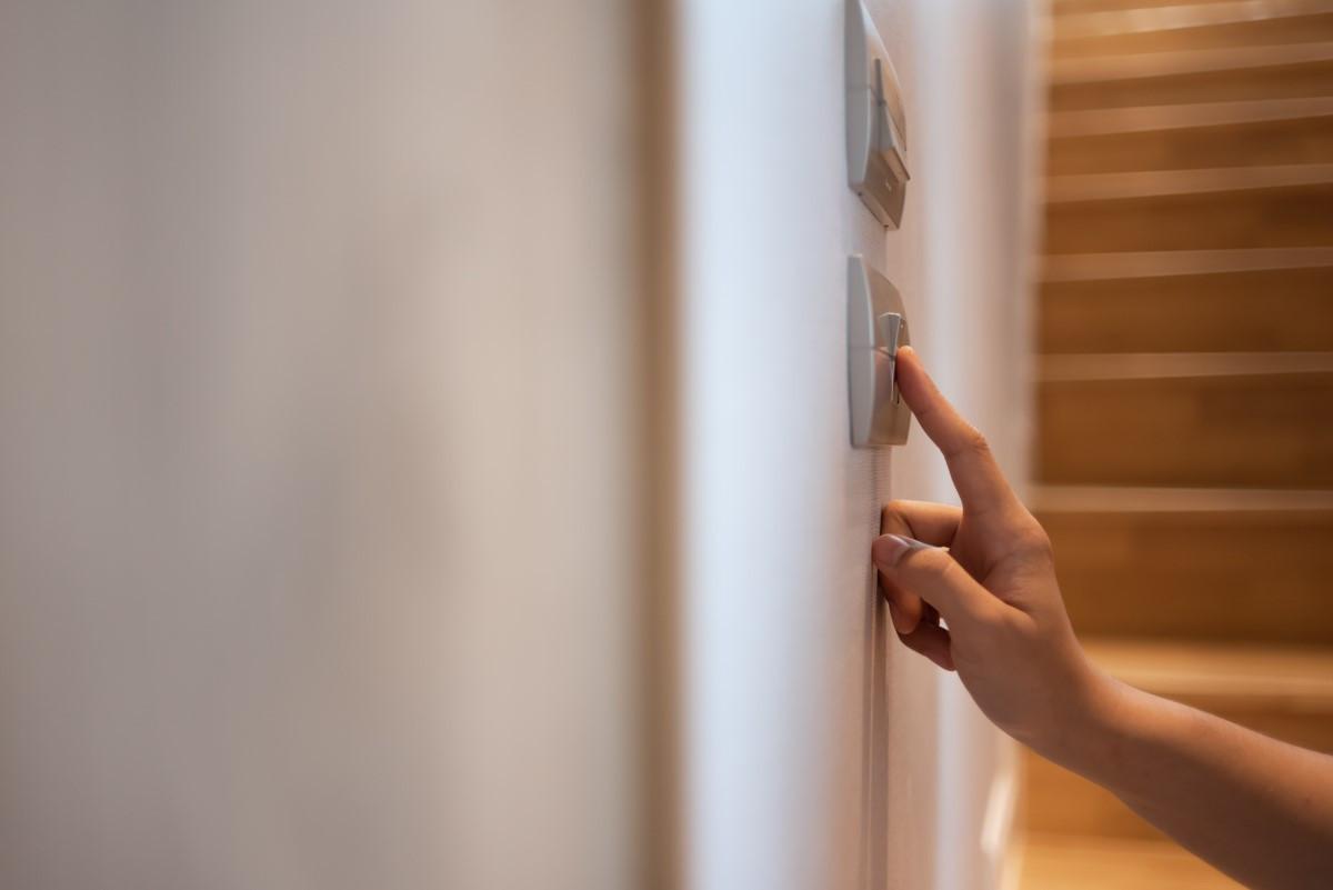 Jak podłączyć włącznik schodowy?