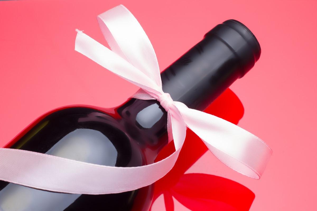 Jak zapakować wino na prezent, ślub - pomysł na zapakowanie alkoholu