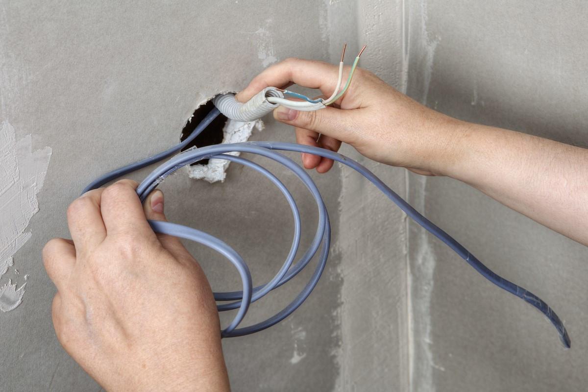 Jak ukryć, schować kable bez kucia?