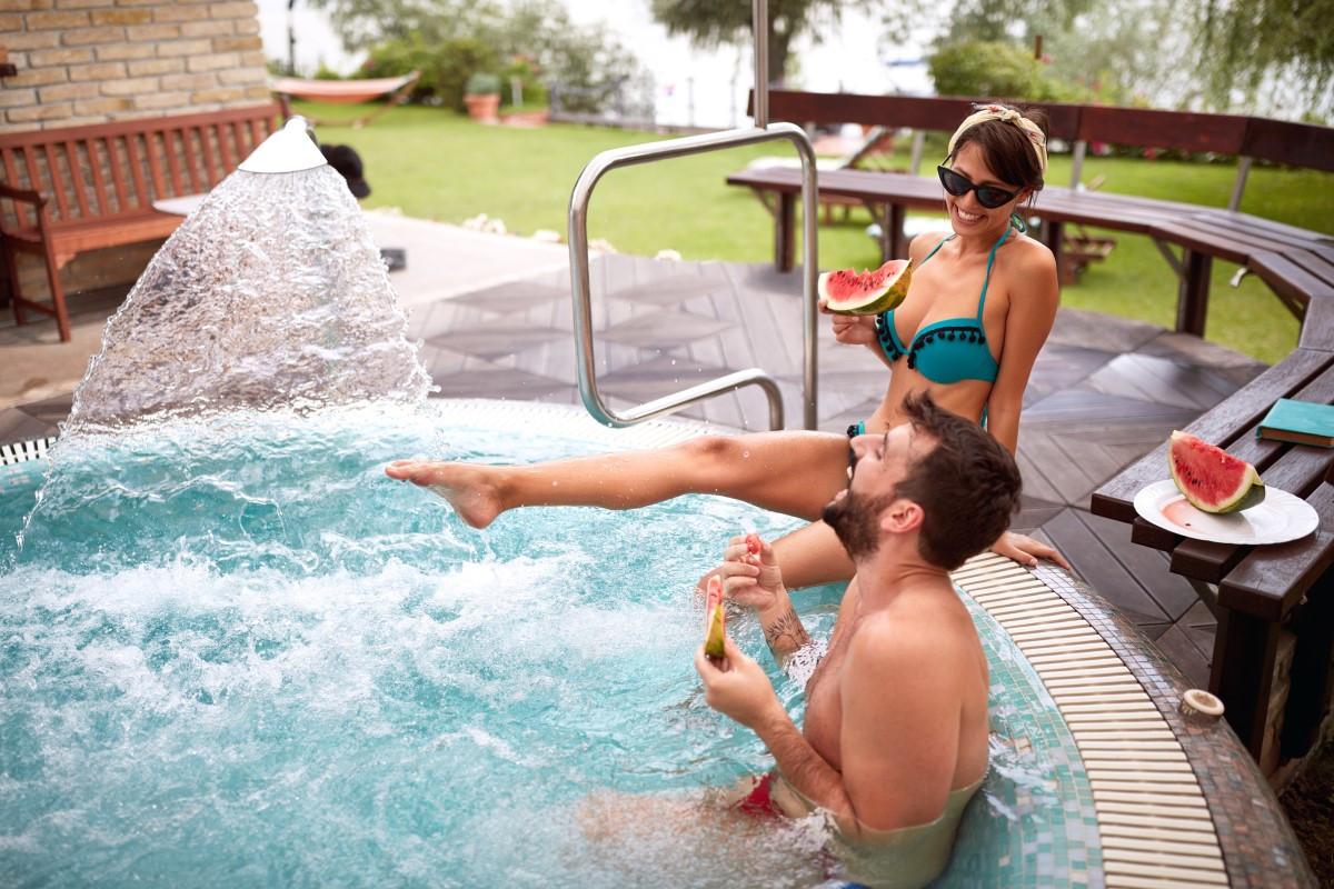 Jak dbać o wodę w basenie - ile chloru, jak często wymieniać wodę?