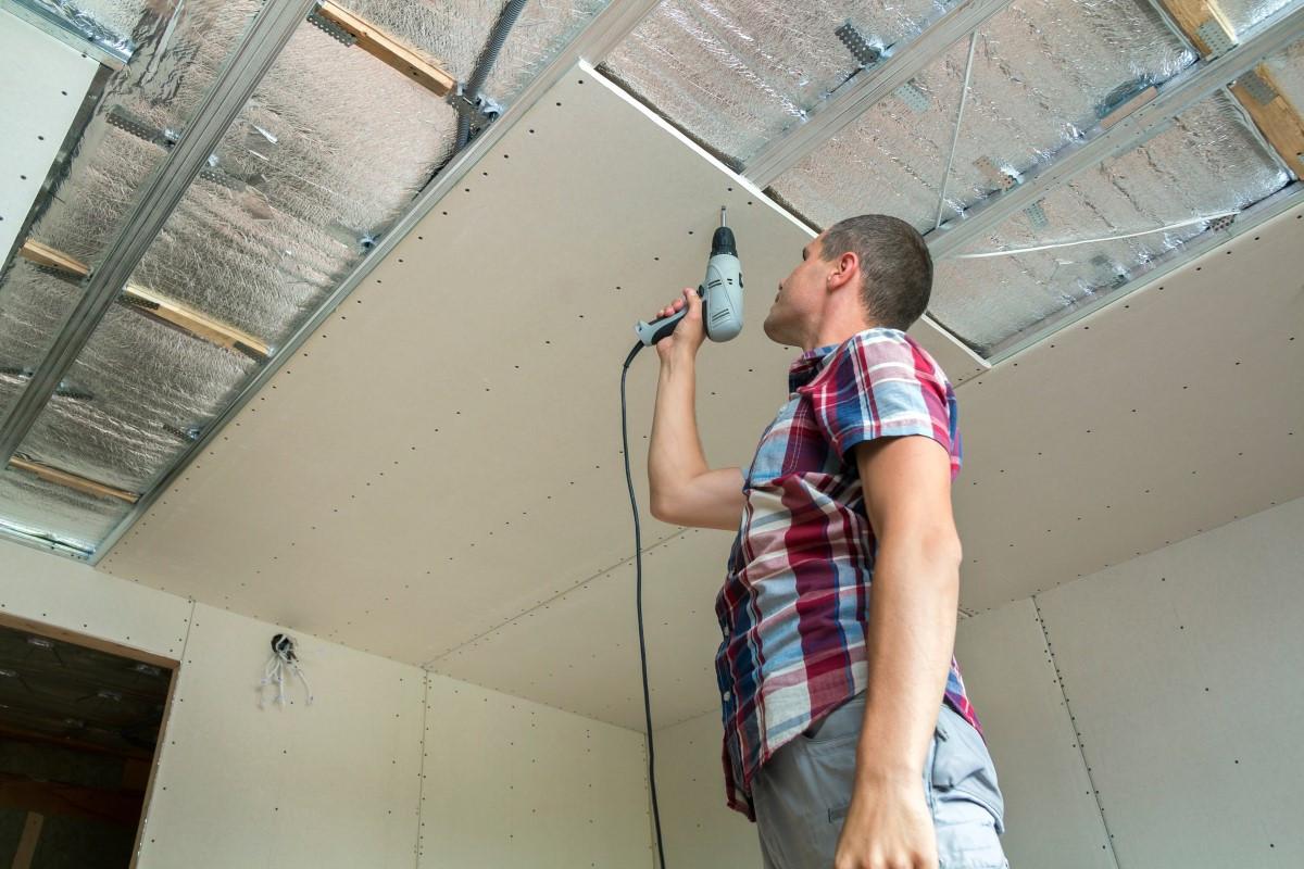 Jak wyciszyć podwieszany sufit w bloku?