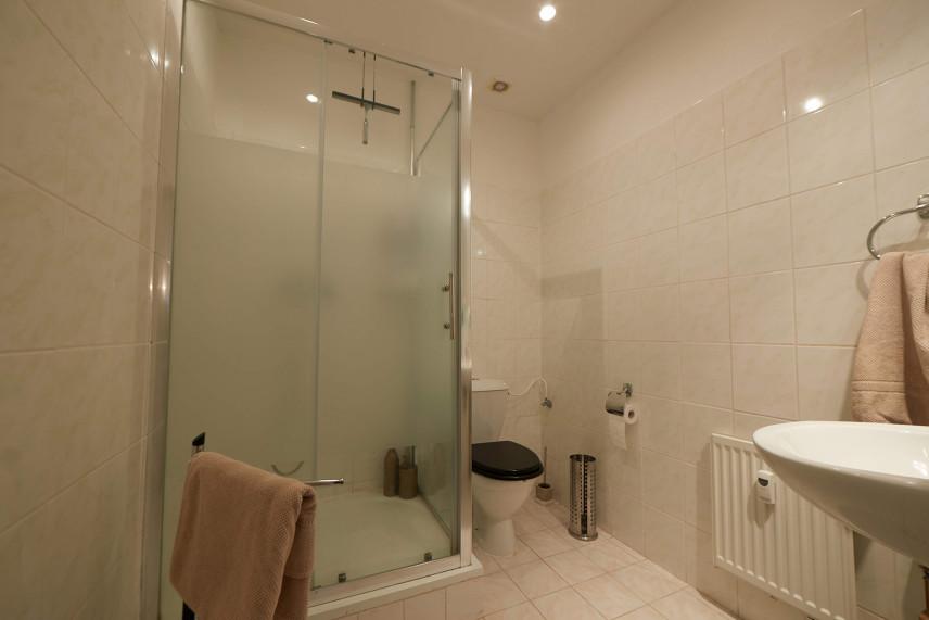 Mała łazienka z prysznicem z brodzikiem