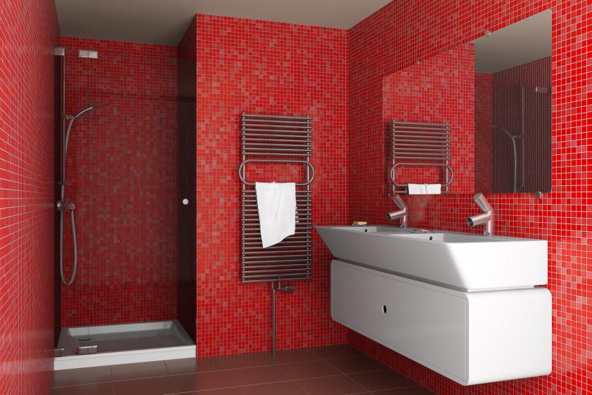 Łazienka z czerwoną mozaiką na ścianie
