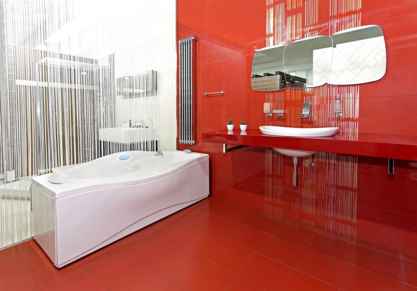 Czerwona łazienka z wanną do hydromasażu