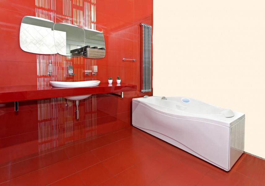 Czerwona łazienka z wanną