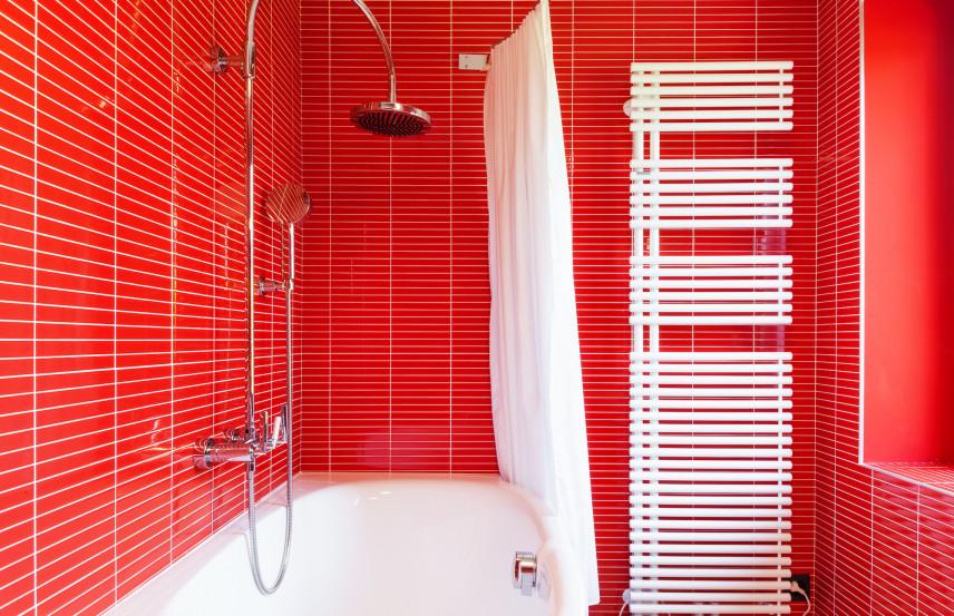 Czerwona łazienka z białą armaturą