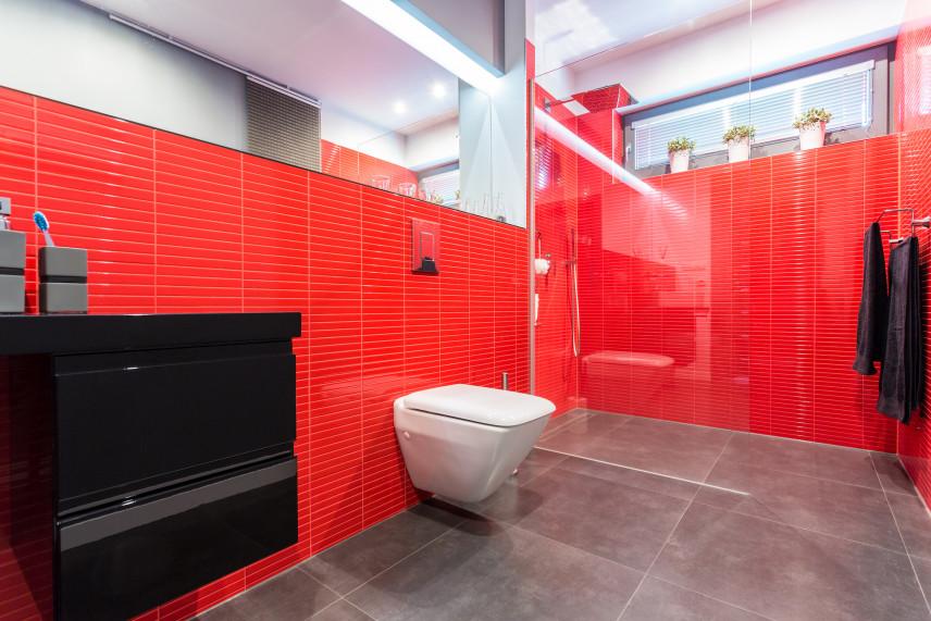 Czerwona łazienka z szarą podłogą