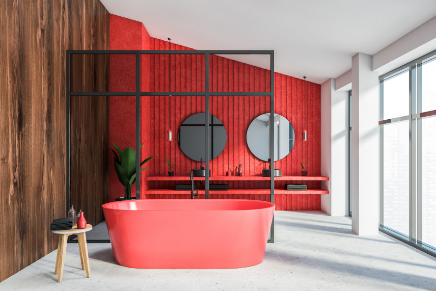 Designerska czerwona łazienka z drewnem na ścianie.