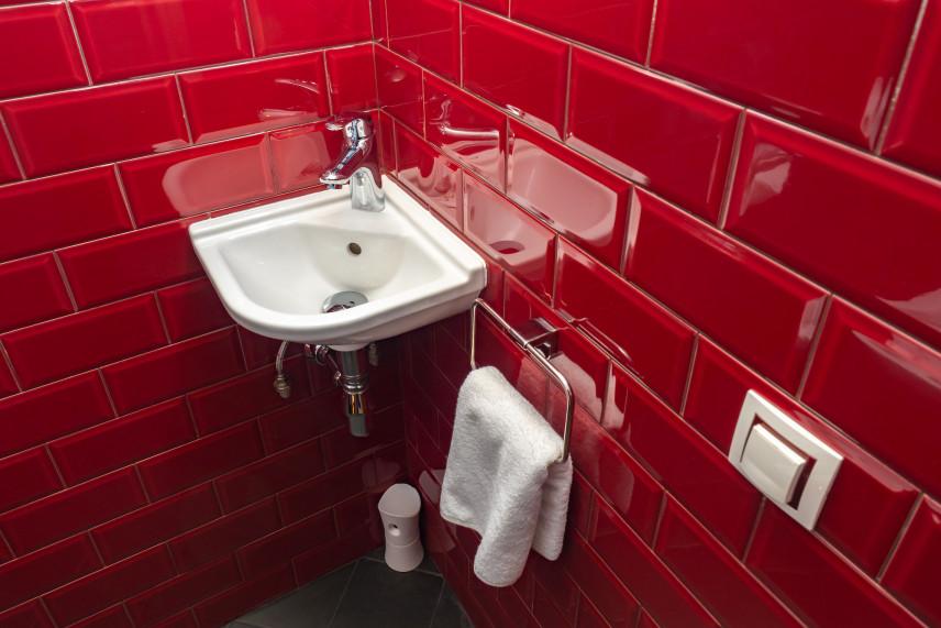 Mała czerwona łazienka
