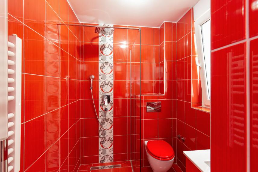 Czerwona łazienka z prysznicem do hydromasażu