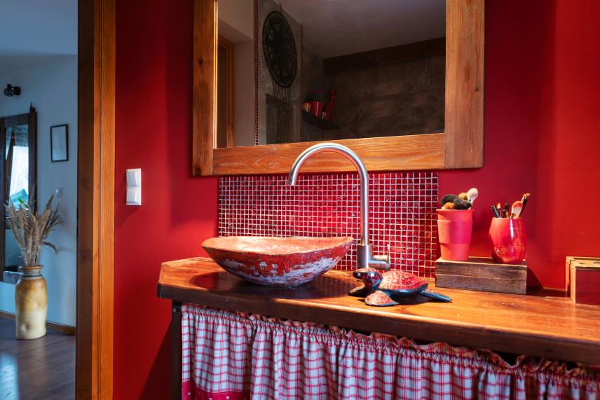 Rustykalna łazienka w kolorze czerwonym