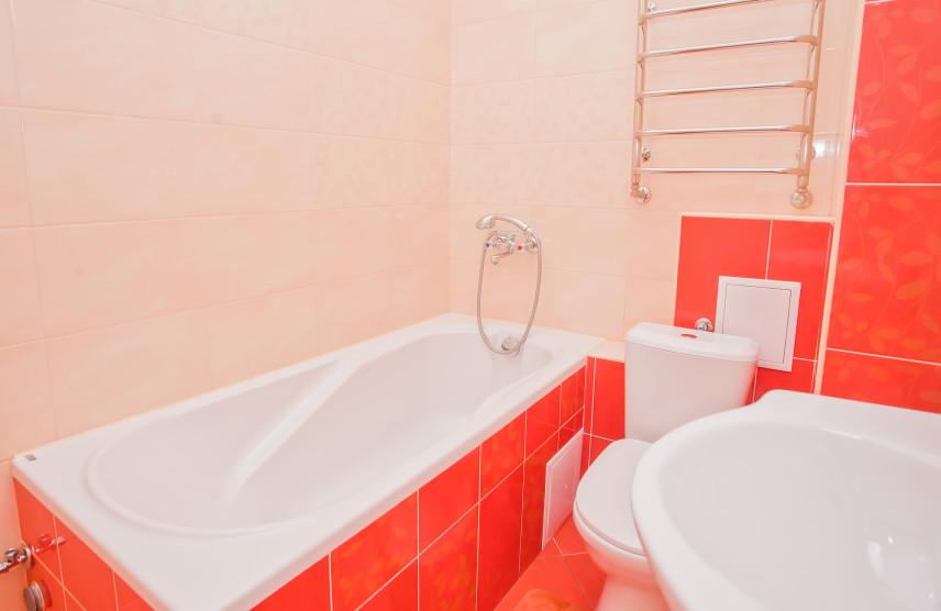 Beżowo-czerwona łazienka
