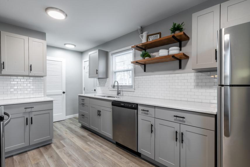 Szara kuchnia z białymi płytkami