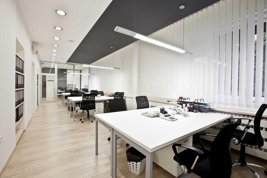 Białe biuro w stylu skandynawskim.