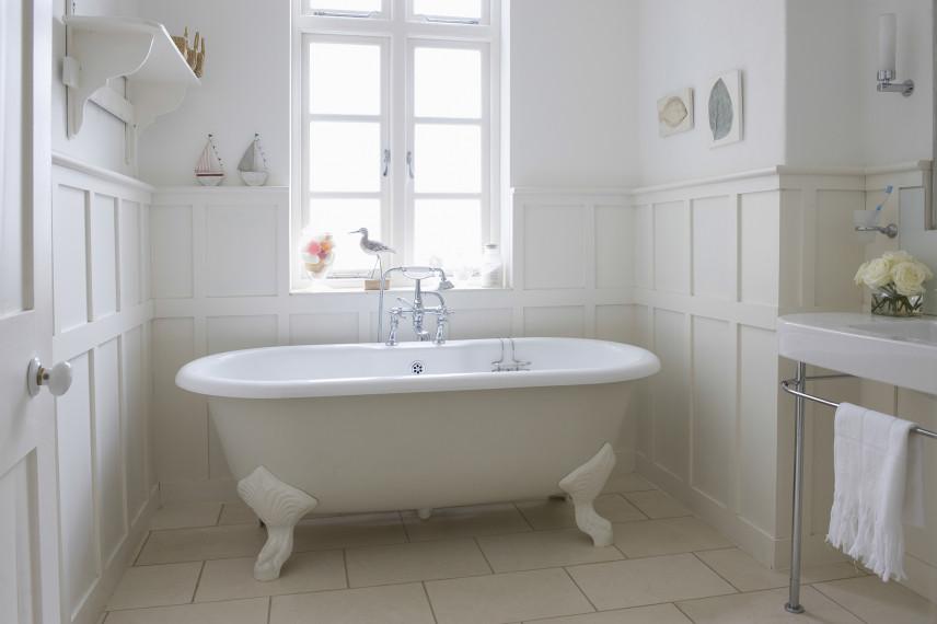 Jasna łazienka w stylu vintage z okrągłą wanną