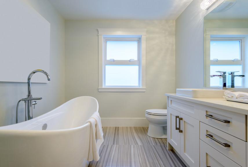 Małą łazienka z owalna wanna w stylu skandynawskim
