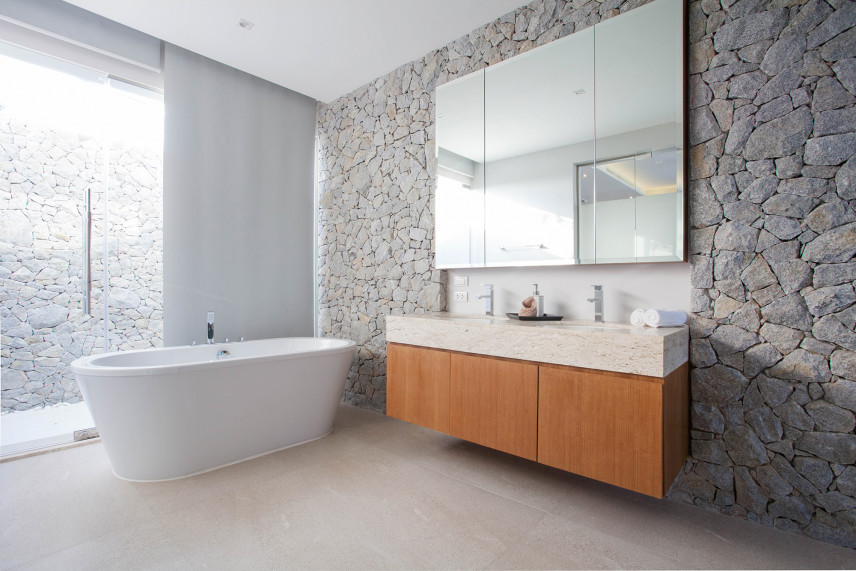 Łazienka z kamienną ścianą