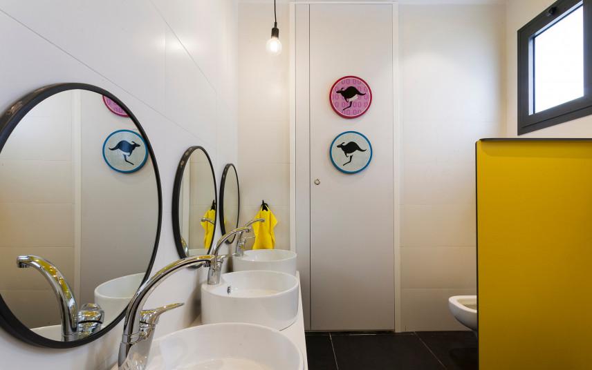 Łazienka dla dziecka z okrągłymi lustrami