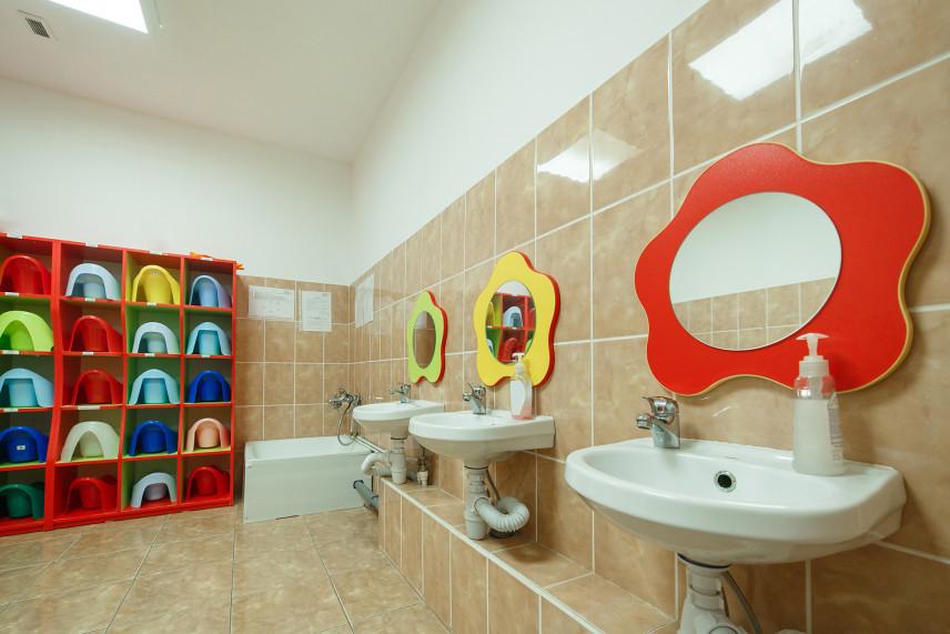 Łazienka dla dzieci z lustrami