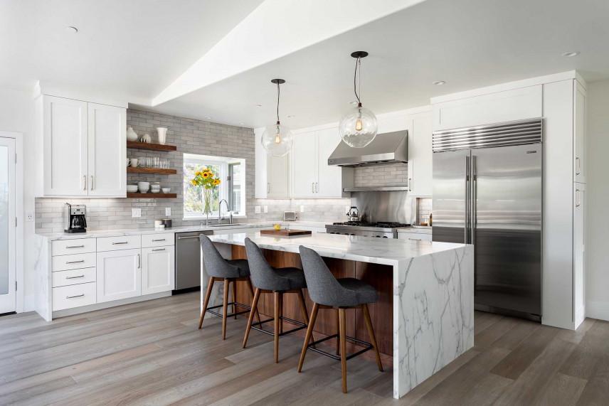Biała kuchnia z panelami podłogowymi