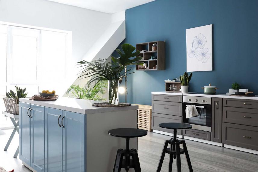 Kuchnia z niebieską ścianą