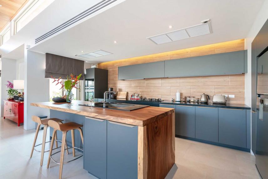 Kuchnia z niebieskimi meblami