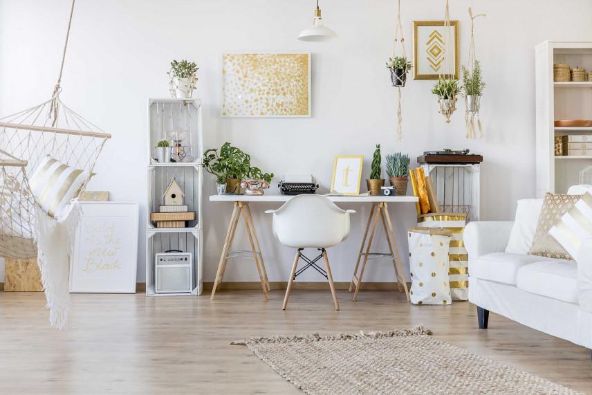Małe biuro w salonie