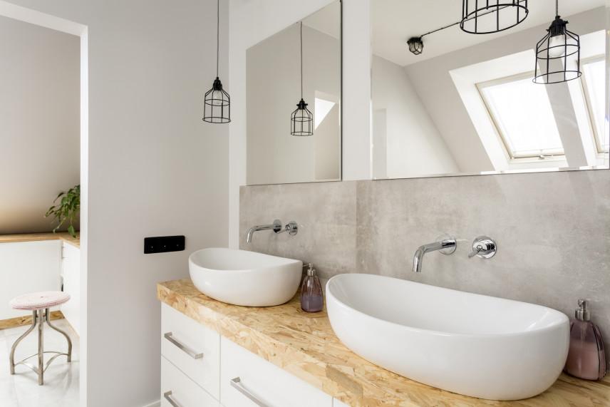 Łazienka w stylu skandynawskim z wiszącymi lampami
