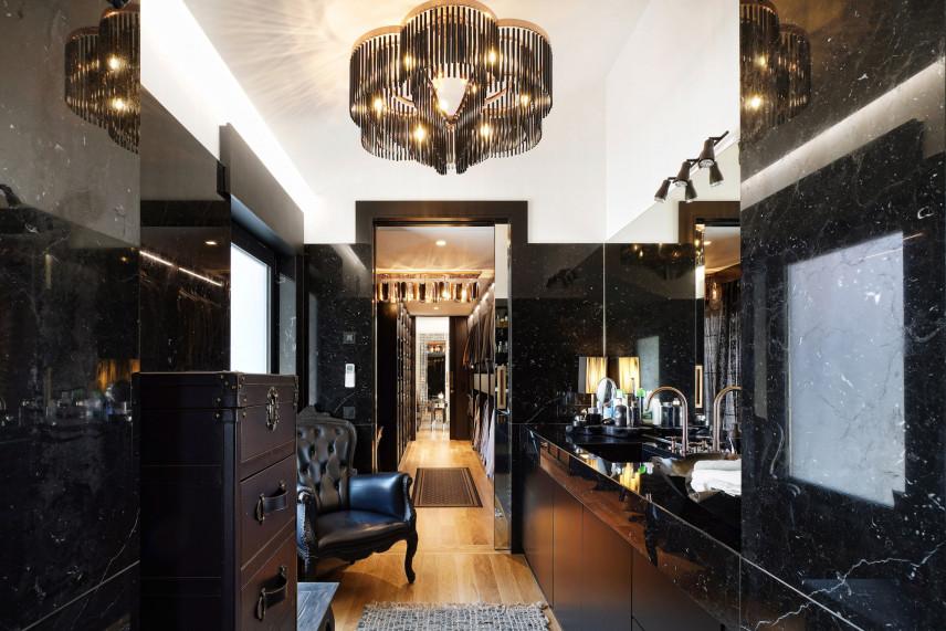 Łazienka z czarnym marmurem w stylu glamour