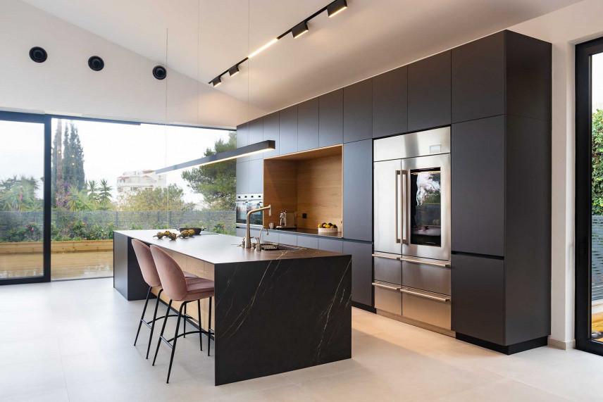 Czarna kuchnia z tarasem