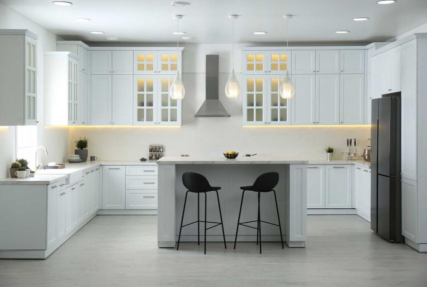 Projekt białej kuchni z czarną lodówką