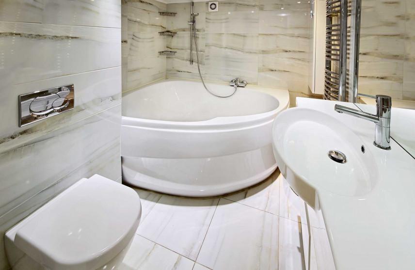 Mała łazienka z narożną wanną