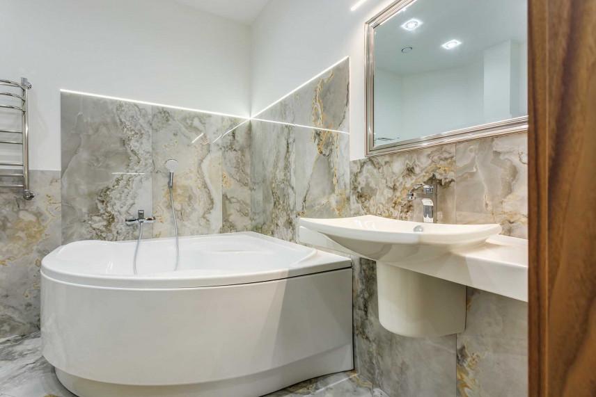 Elegancka łazienka z narożną wanną