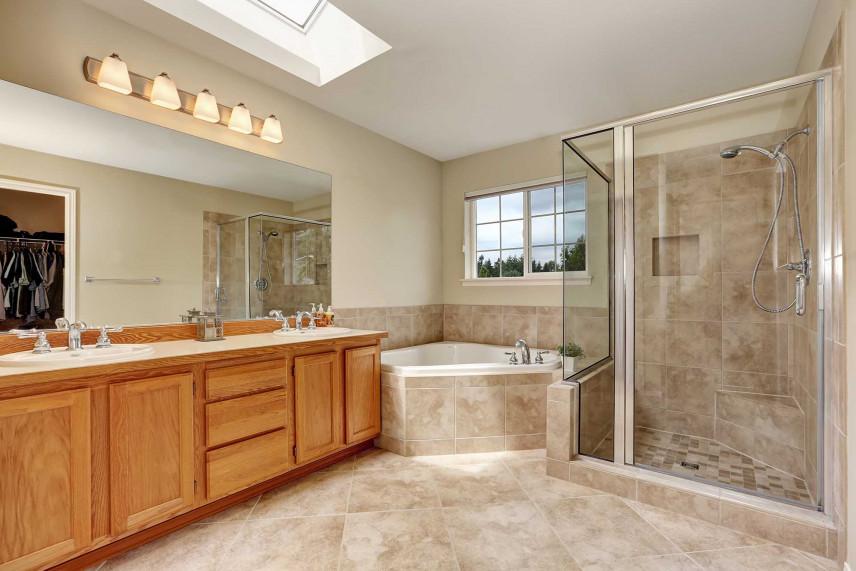 Duża łazienka z narożną wanną