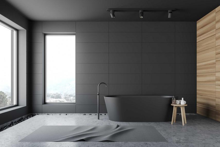 Łazienka z grafitową ścianą i ścianą z drewna
