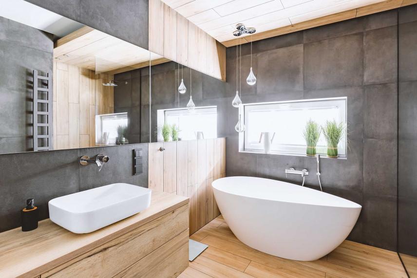 Łazienka w kolorze betonu z drewnianą podłogą