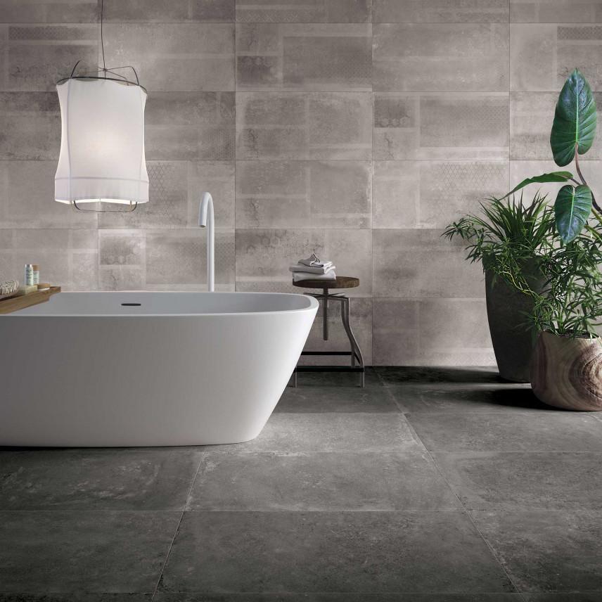 Łazienka z betonową ścianą i podłogą