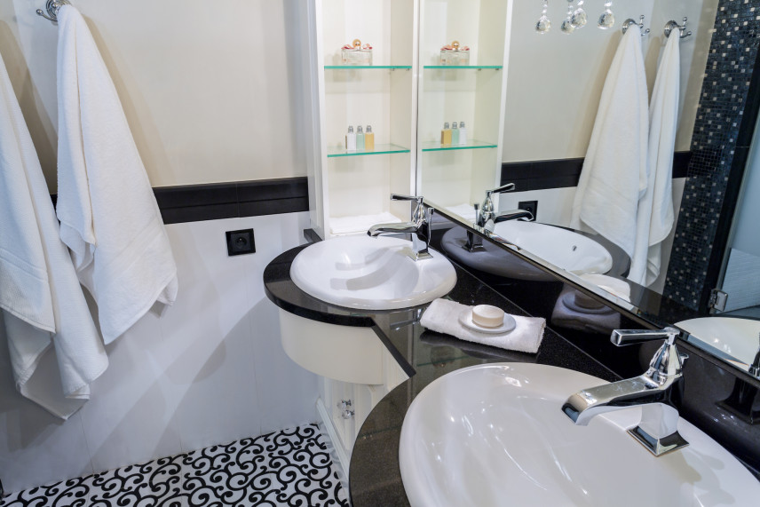 Mała czarno-biała łazienka